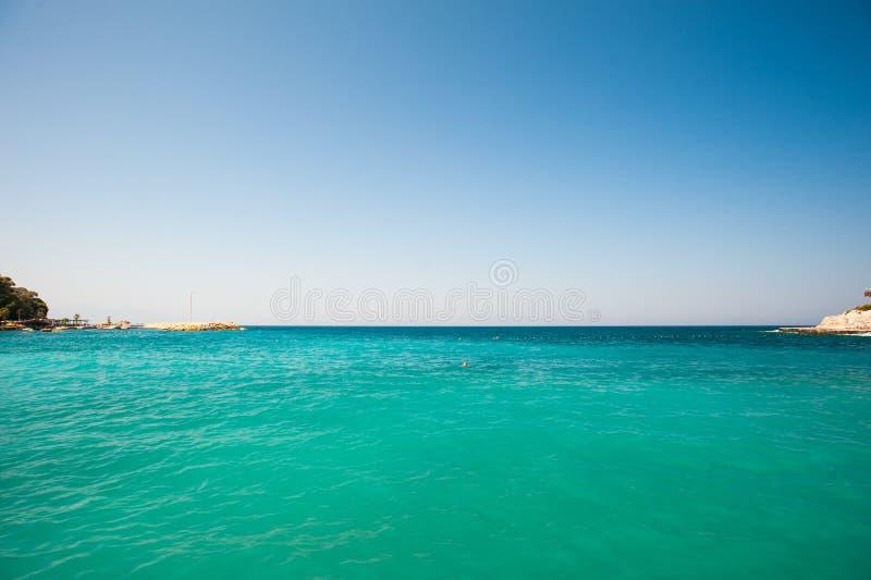 手段的绿松石海 游泳的清楚的海 免版税库存照片