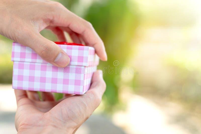 手打开在迷离背景的箱子 免版税库存图片