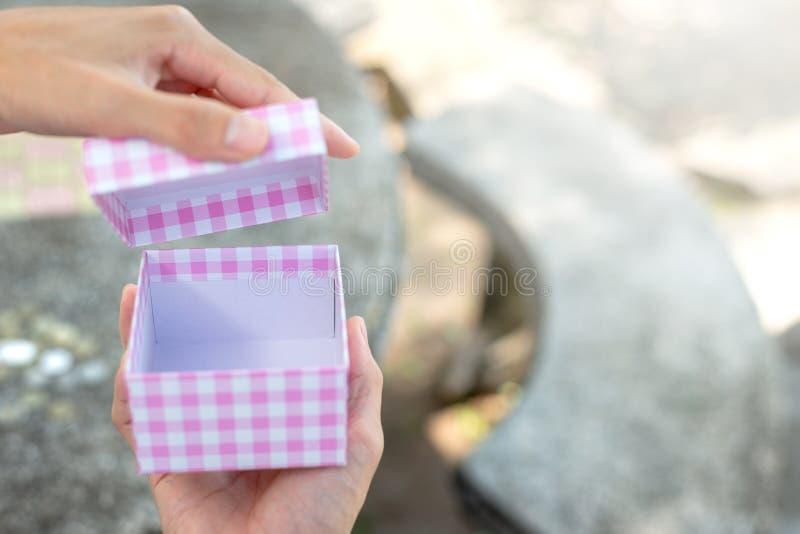手打开在迷离背景的箱子 免版税库存照片