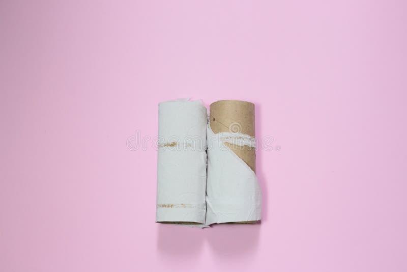 手纸卷用尽了 这是关于夫妇、事务、半感觉和空虚的一个隐喻 库存照片