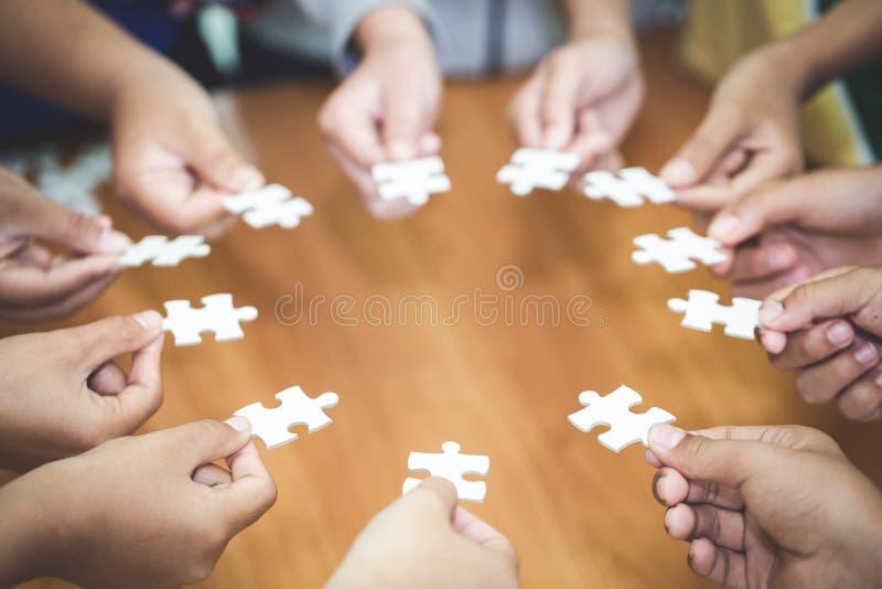 拿着拼图、配合概念,商务联系、成功和战略概念,企业accountin的片断许多人 免版税库存照片