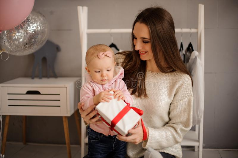 拿着礼物的妇女和她的小女儿 库存照片
