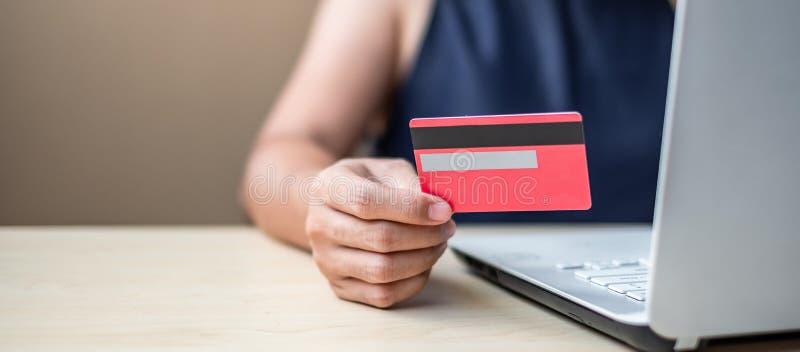 拿着网络购物的女实业家信用卡,当做命令通过互联网时 事务,技术,电子商务和 图库摄影
