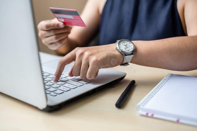 拿着网络购物的女实业家信用卡,当做命令通过互联网时 事务,技术,电子商务和 免版税图库摄影