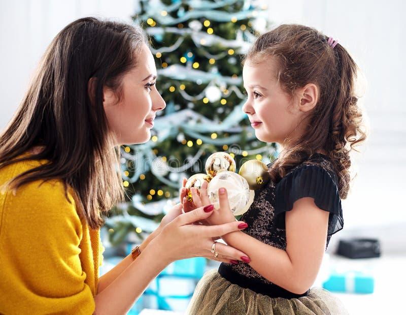 拿着玻璃球的母亲和女儿 库存照片
