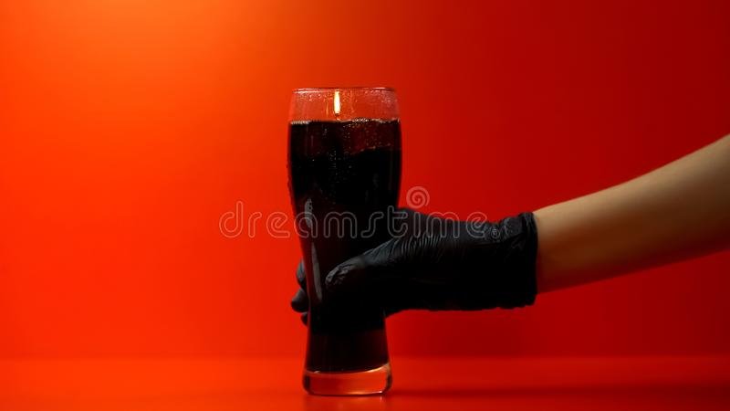 拿着苏打玻璃,糖的,餐馆服务刷新的饮料富有的手 免版税库存照片