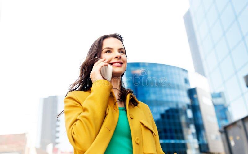 拜访智能手机的微笑的少妇或女孩 免版税库存照片
