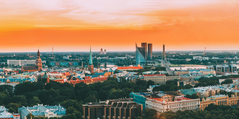 拉脱维亚里加 顶视图全景在日落光的地平线都市风景 圆顶大教堂,圣詹姆斯,Vansu桥梁大教堂  免版税图库摄影