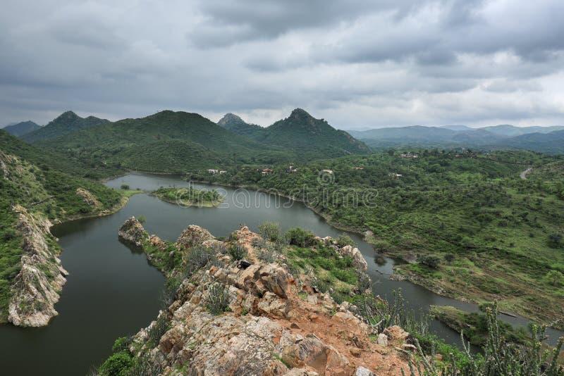 拉贾斯坦的湖和山有天空蔚蓝的 图库摄影