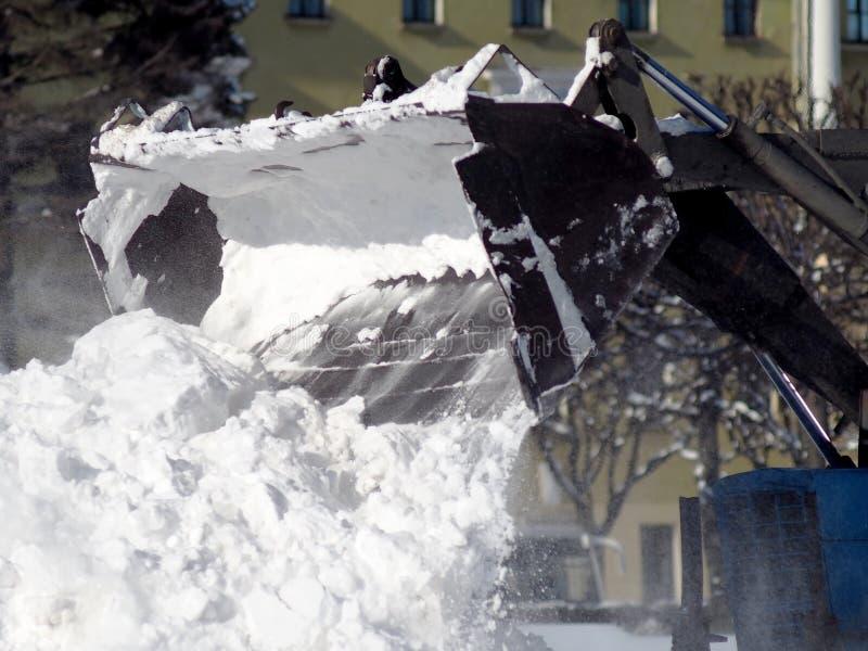 拖拉机在大雪以后扫清道路 库存图片