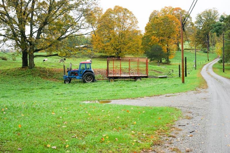拖拉机在牧场地停放了 免版税库存图片
