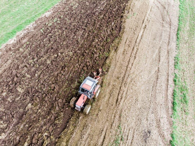 拖拉机和农业机器,犁意大利春天庭院的领域 库存图片