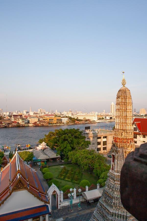 曼谷河沿形式郑王寺寺庙,黎明的寺庙,美好的金黄日落在昭拍耶河附近发光下来和 免版税图库摄影