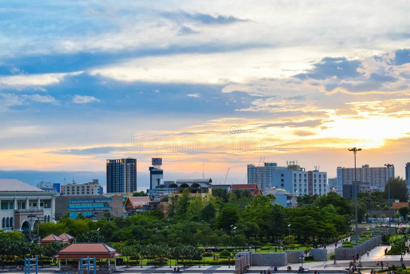 曼谷是其中一座高层建筑物在泰国和仍然在昭拍耶河附近 免版税库存图片