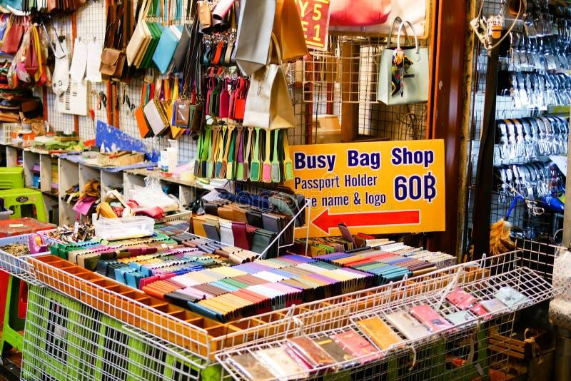 曼谷,泰国- 2018年1月11日:许多人是走和购物在Pratunam市场,衣物的最大的中心上 免版税库存照片