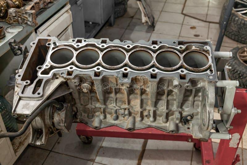 替换六在一台红色起重机的cilinder引擎登上用于设施在汽车在故障和修理以后在汽车 免版税库存照片