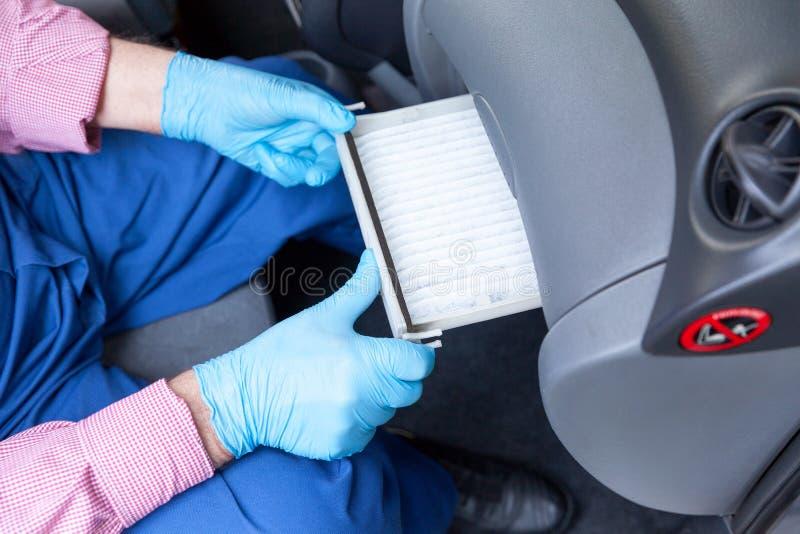替换汽车的客舱花粉空气过滤器 库存图片