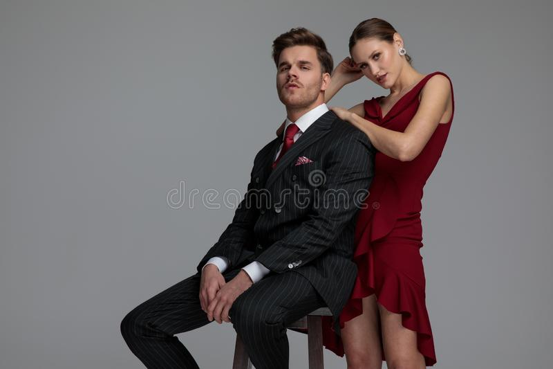 性感的在恋人的后面的妇女倾斜的手肘 库存图片