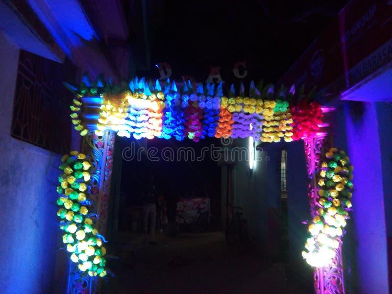 怨恨用萨拉斯瓦蒂Puja节日的Dakshin巴拉瑟德西孟加拉邦印度花做了 免版税库存图片
