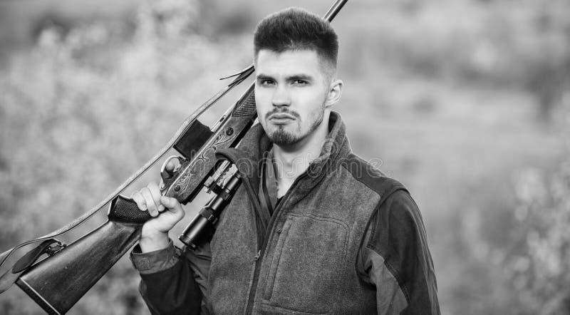 怎么轮狩猎到爱好里 人狩猎自然环境 男性爱好活动 狩猎期 有胡子的人 免版税库存照片