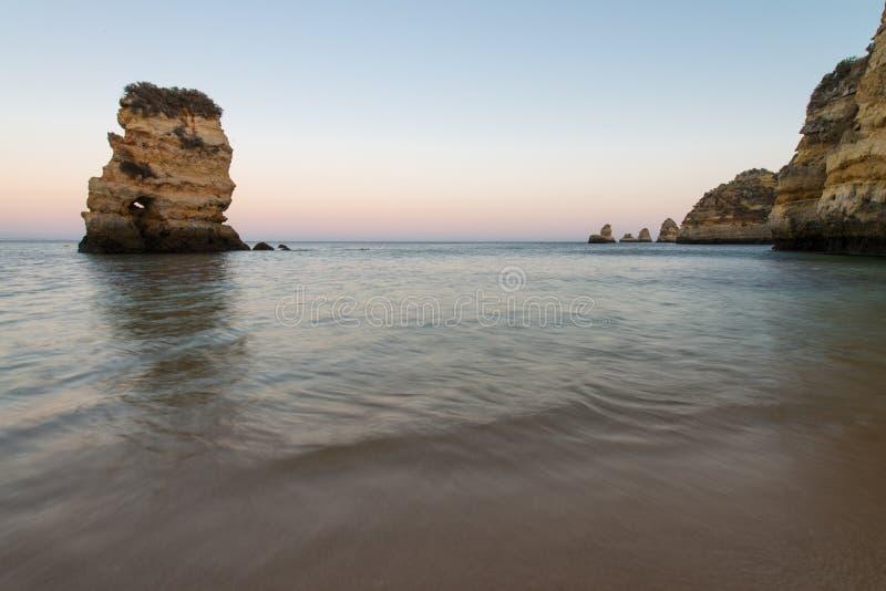普腊亚在阿尔加威做卡米洛是海滩在拉各斯附近,葡萄牙 库存图片