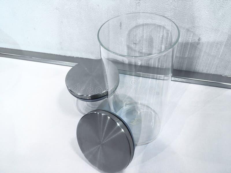 晒干的空的瓶子在与剪报轻拍的白色背景 免版税库存图片