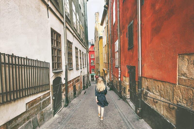 斯德哥尔摩市游览妇女走的单独旅行 免版税库存照片