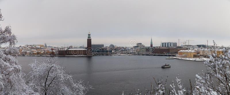 斯德哥尔摩瑞典,斯德哥尔摩政府大厦的看法有一条轮渡的在河Riddarfjarden 免版税库存图片