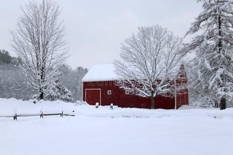 斯诺伊冬天谷仓在新英格兰 库存图片