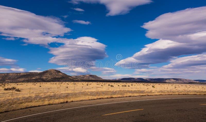 新墨西哥whispy云彩和Mesas 免版税库存照片