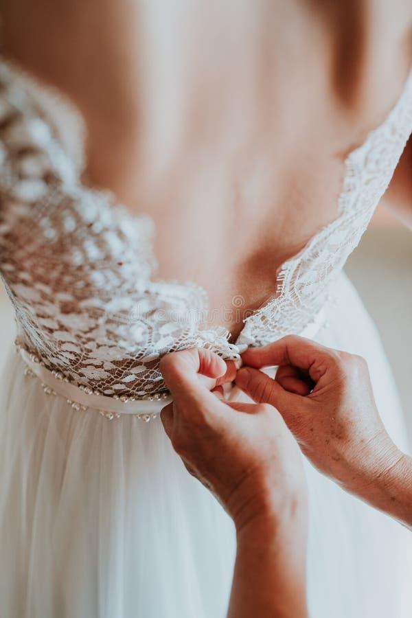 新娘换衣服  免版税库存图片