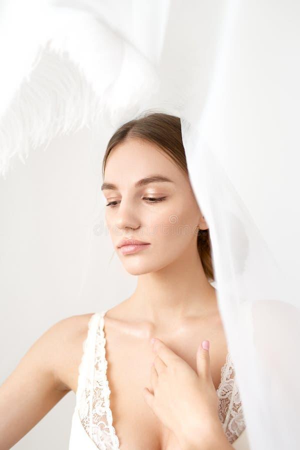 新娘美丽的性感的特写镜头画象面纱的 库存图片