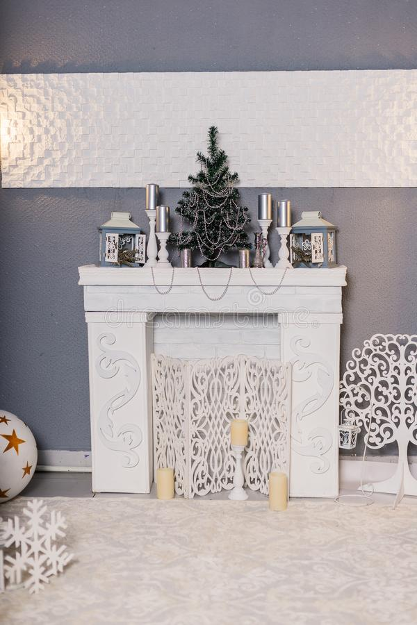 新年的演播室在红色和白色被构筑 圣诞节欢乐内部 在的舒适欢乐假日大气 库存图片