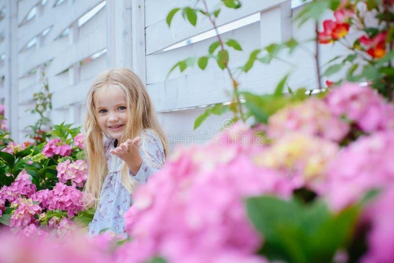 新概念的生活 春天假日 儿童的日 小的女婴 开花的花的女孩 夏天 母亲或 免版税库存图片