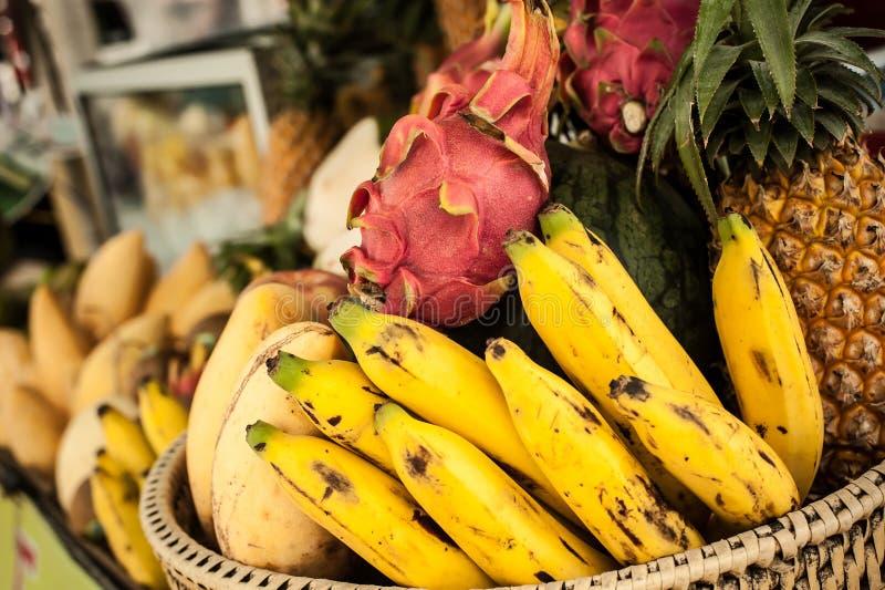 新混合异乎寻常的果子在杂货街市上 图库摄影