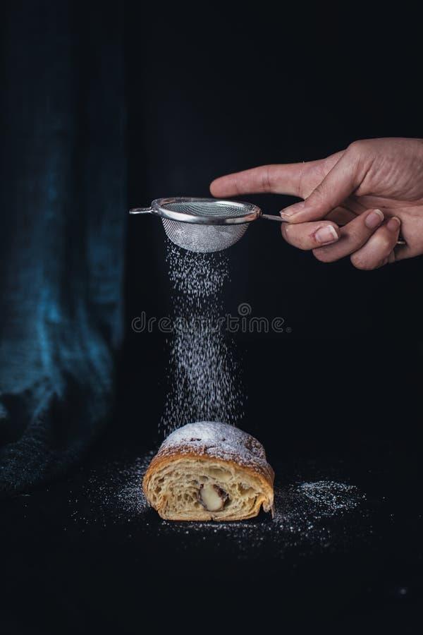 新月形面包用搽粉的糖 库存照片