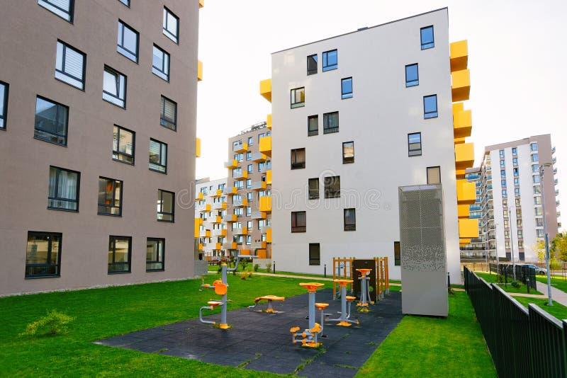 新的住宅与健身房健身操场的公寓平的房屋建设 免版税库存图片