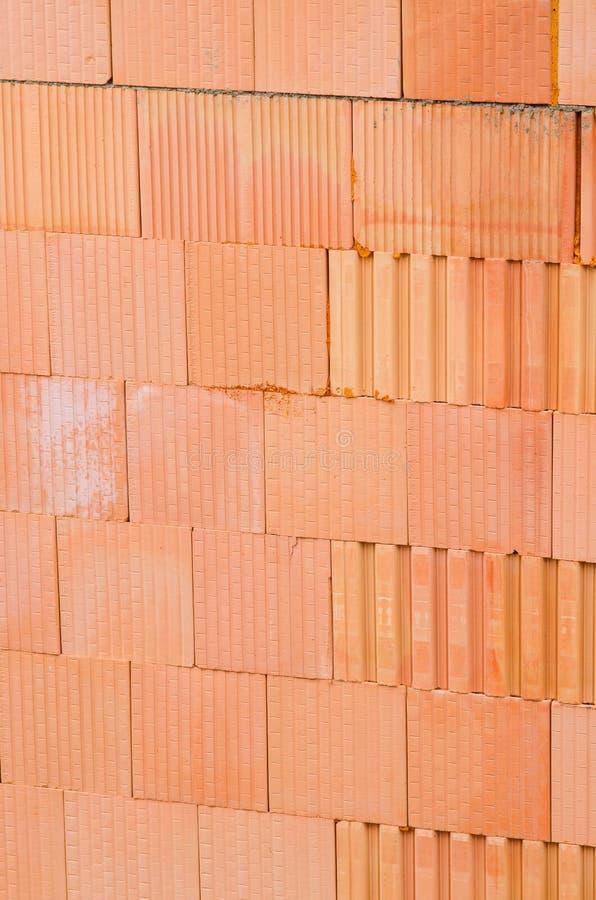 新的橙色砖墙背景 房屋建设工作者概念 库存照片