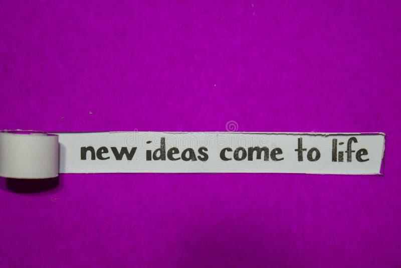 新的想法来到在紫色被撕毁的纸的生活、启发、刺激和企业概念 免版税库存照片