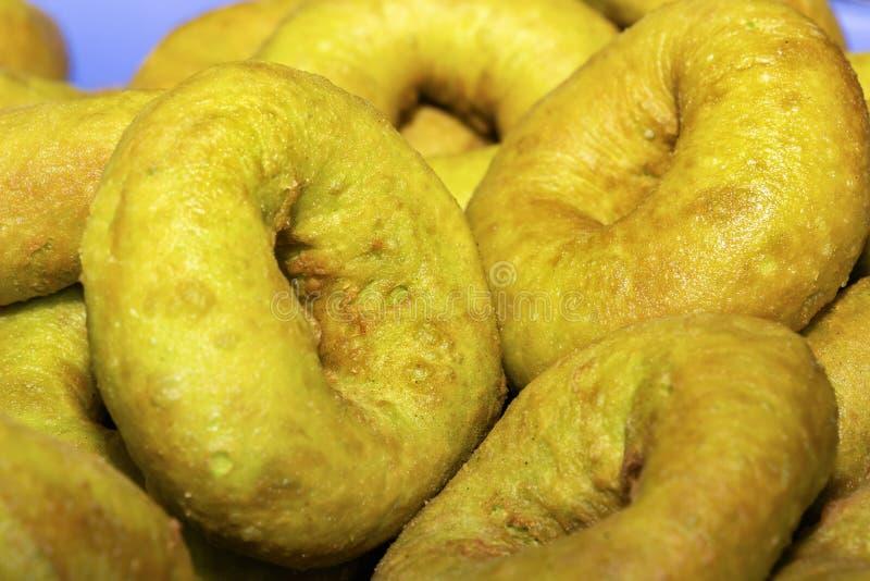 新近地被烘烤的油炸圈饼用在平底锅的香蕉 免版税库存照片