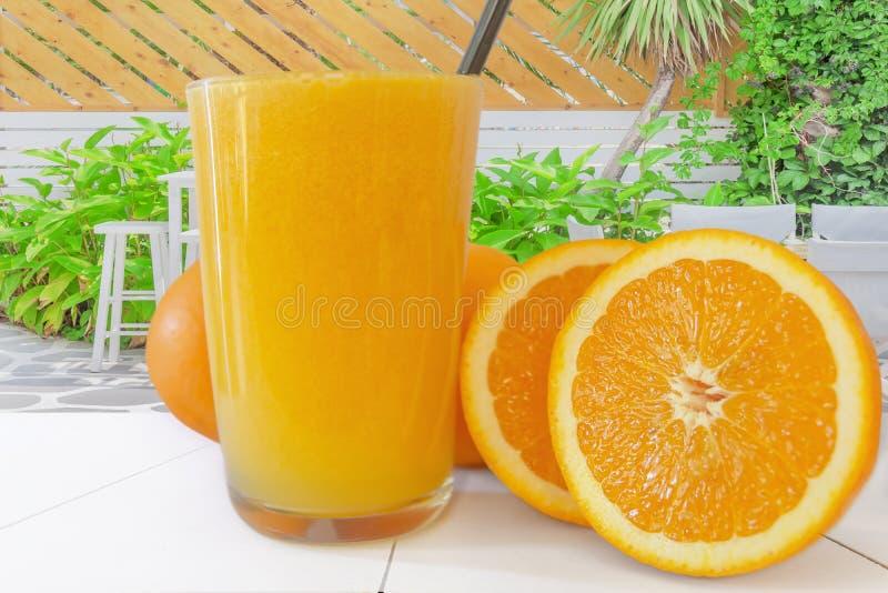 新鲜的橙汁过去用果子在海滩酒吧桌里 免版税库存图片