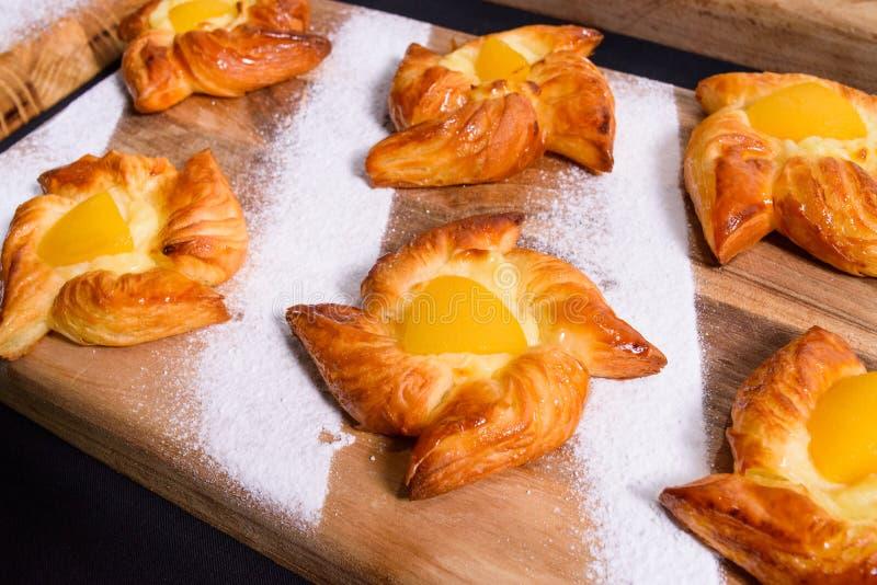 新鲜的自创面包店用果子和顶部,平的看法 免版税库存照片