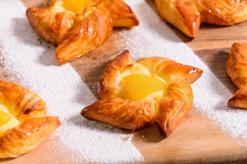 新鲜的自创面包店用果子和顶部,平的看法 免版税图库摄影