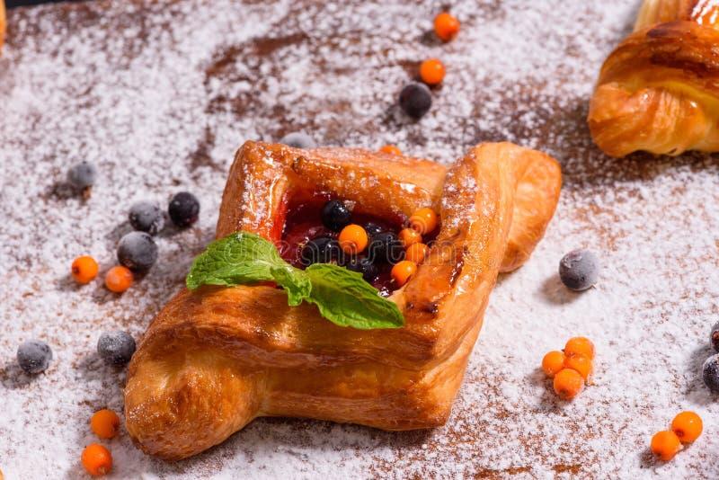 新鲜的自创面包店用莓果和顶部 库存照片