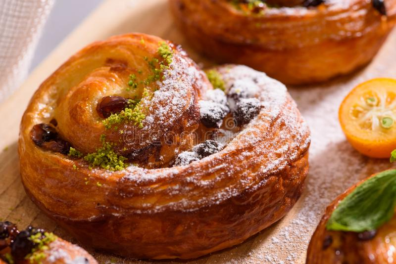 新鲜的自创面包店用莓果和顶部 库存图片