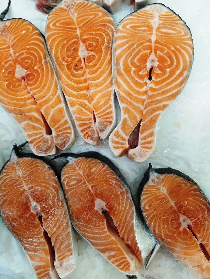 新鲜的鳟鱼牛排 库存照片