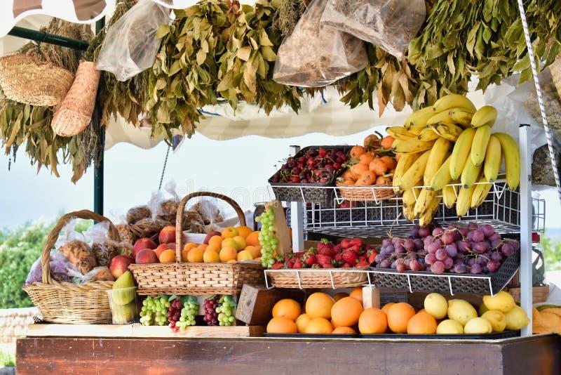 新鲜热带欧洲农夫市场水果摊不同的果子 库存图片