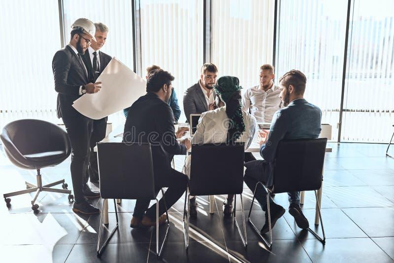 活跃年轻商人谈论新的项目计划  免版税库存照片