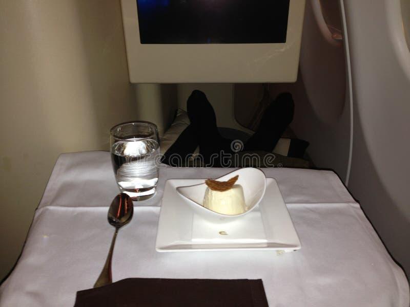 放松并且解开在机上业务分类客舱 库存照片