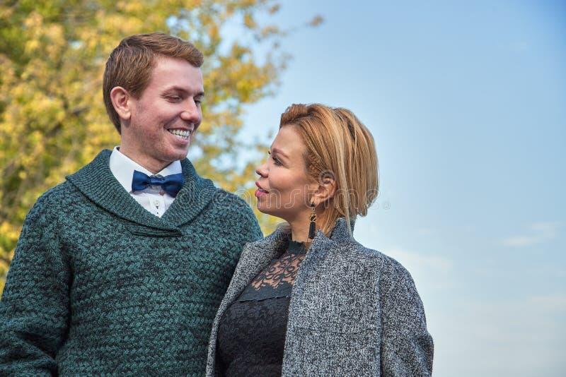 放松在秋天公园的浪漫夫妇,拥抱,亲吻,享用新鲜空气,美好的自然,好的秋天天气 免版税图库摄影